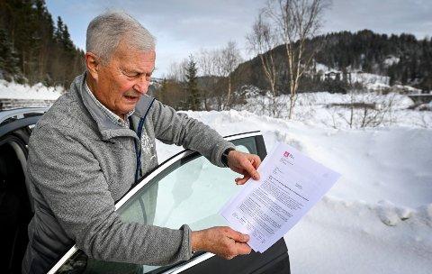 Steinar Høgås med søknaden der Statkraft ber NVE om lov til å bryte konsesjonsvilkårene for Ranavassdraget, for første gang på 61 år. Høgås mener dette vil bety laksedød i elva og varsler erstatning.