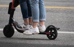 FORBUDT: Fra 18. mai ble det forbudt med mer enn én person om gangen på elsparkesykkel.
