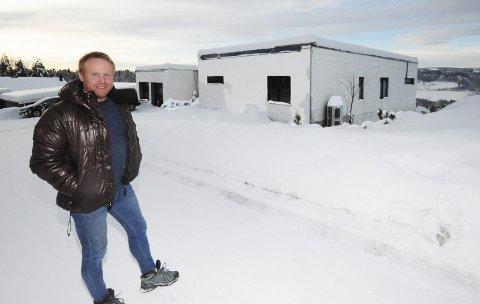 SNART I MÅL: Lars Anders Sjøholt foran huset han har bygget med sine egne hender i Ringslia, Moelv.