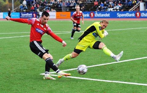 Hat-trick: Rocky Lekaj ble den store spilleren da Gjøvik/Lyn slo Brumunddal 4-1 på Sveum. Her innser Dala-målvakt Joachim Svendsberget at Gjøvik-spissen scorer etter tabben på 0-0.