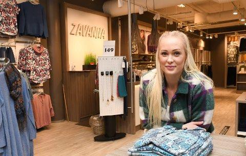 Blid og fornøyd: Nora Amalie Johansen stortrives som butikksjef for Zavanna i Brumunddal.