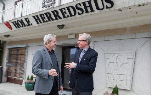 FORTSATT SKATT: Hole-rådmann Torger Ødegaard (til høyre) går for fortsatt eiendomsskatt, her i samtale med ordfører Per R. Berger.