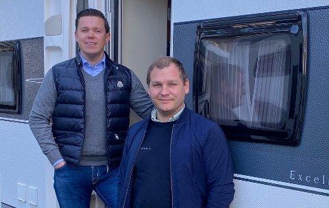 SATSER PÅ FERIE: Innehaver Kenneth Kjelland (til venstre) og salgssjef Raymond Torp Aasli ser lyst på feriemarkedet i et pandemiår med norgesferie.