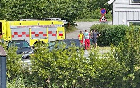 KOLLISJON: To biler er involvert i en kollisjon fredag ettermiddag.