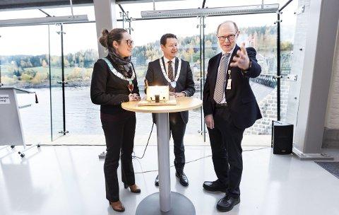 OG DET BLE LYS: Fylkesvaraordfører Lars Salvesen (i midten)  tente lyset i pæra for det nye kraftverket Rånåsfoss III i oktober 2016, mens konsernsjef Jørn Myhrer i Akershus Energi forteller ivrig om det arbeidet som er gjort. Sørum-ordfører Marianne Grimstad Hansen lytter. Foto: Lisbeth Andresen