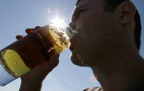 """Oslo 20030806 Øl-drikking i sommersol på """"Lektern"""" ved Aker Brygge i Oslo. Været på Østlandet om dagen tilsier godt salg for bryggeriene. Mann som drikker øl i motlys. Foto: Knut Fjeldstad / SCANPIX"""