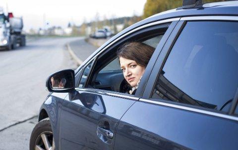 OPPGITT: Eva Grindalen står opp 04.45 hver morgen for å slippe unna rushtidsavgiften som ble innført 1. oktober. Hadde hun kjørt i rushtiden ville avgiftshoppet vært på hele 5.175 kroner i året mot 2.875 kroner som hun nå må betale. FOTO: Lisbeth Lund Andresen