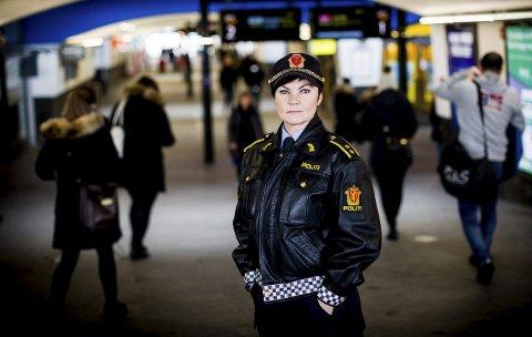 Ber foreldre følge med: Politioverbetjent Anne Storsveen registrerer at barn ned i 10-årsalderen sender anonyme krenkende meldinger via den nye appen «Sarahah». FOTO: Lisbeth Lund Andresen