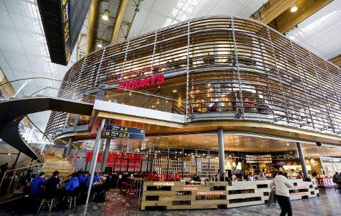 Konkurranse: Spisestedene på Oslo Lufthavn er blitt flere, og konkurransen har økt. Flyplass-selskapet håper det sal gi lavere priser for kundene.Foto: Tom Gustavsen
