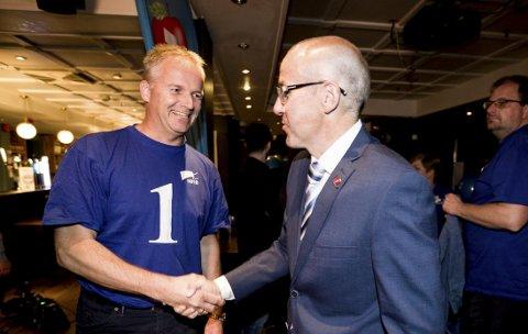 Høyres Willy Kvilten (t.v.) og Frps Tom Staahle valgkvelden 2015.