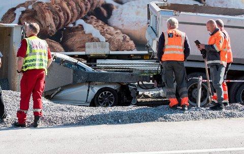 I klem: Bilder fra ulykkesstedet viser at det kunne gått betydelig verre med bilføreren. ALle foto: Vidar Sandnes