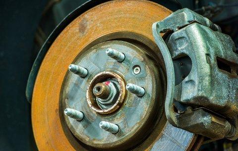 RUST: Bakbremsene brukes lite og det kan danne seg rust.