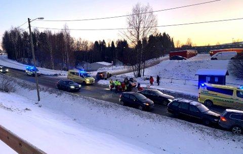 ULYKKE: Fredag ettermiddag har flere biler vært involvert i et en trafikkulykke på Skjetten. En av bilene ligger på taket.