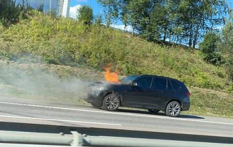 BRANN: Fredag ettermiddag brøt det ut brann i denne bilen på riksvei 159.
