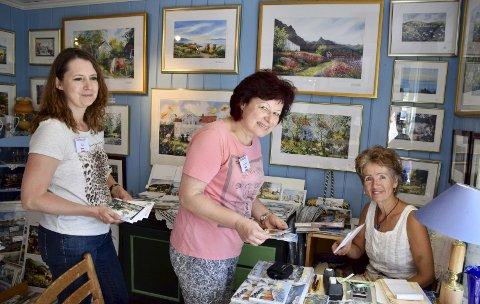 Crossere: Eva og An handlet ivrig med seg postkort hjem til Østerike hos ida Elisabeth på Filtvet.