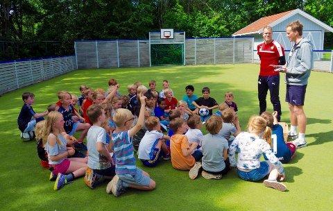 Lurte på: SFO-barna hadde spørsmål til representantene fra Godset. Foto: Svein-Ivar Pedersen