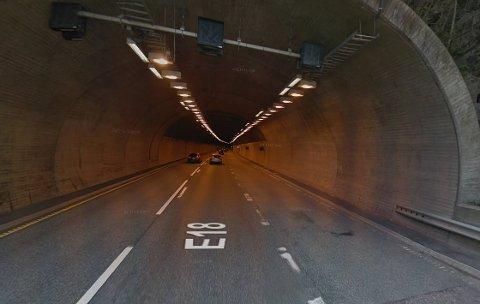 TUNNELEN: Det var her i Hanekleivtunnelen at bilføreren mistet kontrollen og krasjet i veggen.