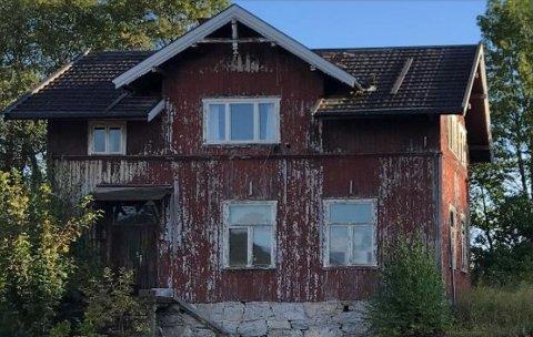 BEVARES? Et foreløpig ubesvart spørsmål er hvorvidt den tidligere rektorboligen skal pusses opp og bli en del av den nye boliggrenda på Kjeldås.