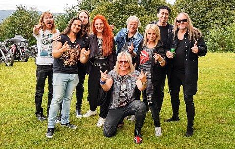 SLÅR TIL: Trommeslager Willy Bendiksen (t.h.) har med seg en rekke profilerte musikere når Wild Willy's Gang presenterer over 40 år med norsk rockehistorie i Sandefjord fredag. (Foto: Privat)
