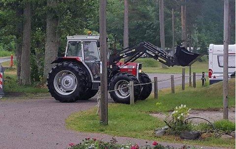 STOR MASKIN: Dette er traktoren som er stjålet fra Langeby Camping.