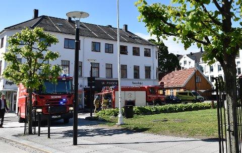 BRANN I RÅDHUSGATA: Omtrent klokken 10.30 søndag 2. juni ble det meldt om røyk ut av et vindu på taket i en av gårdene i sentrum. Røyken kom fra en loftsleilighet. FOTO: Vibeke Bjerkaas