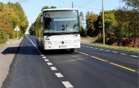SKULDER VED SKULDER: Vestfold og Telemark fylkeskommune åpner nå for at passasjerer på lokalbussen kan sitte skulder til skulder etter helsedirektoratet oppdaterte veilederen for kollektivtrafikk. ILLUSTRASJONSFOTO: Harald Strømnæs