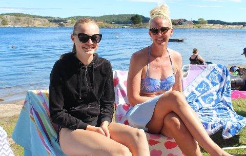 ÅRETS FØRSTE STRANDTUR: Sandefjordingene Johanne Andersen (14) og Susanne Krister (40) sier de har brukt mesteparten av sommeren på båtferie på Sørlandet og tror dagen i dag på Granholmen kan være deres første ordentlige stranddag dette året.