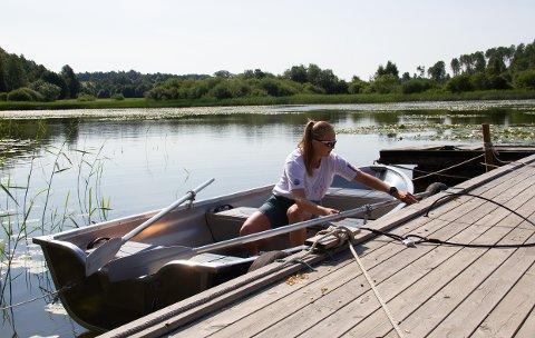 FRILUFT: Kristin Friele Heian (19) jobber på Svinessaga Friluftssenter i sommer. Store deler av arbeidsdagen foregår ute i naturen.