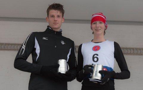 VINNERNE: Snorre Løken og Tessa Frenay poserer med beviset på at de vant Nyttårsløpet 2017.