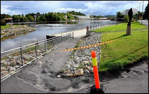 Overvann har påført gangstien ned til Byen brygge i Pæddekummen omfattende skader. Kommunen vil nå i gangsette utbedringer i det populære området.