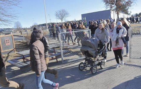 I kø: Rundt 150 samlet seg lørdag morgen utenfor lokalene til Grøtvedt menighetssenter for å komme først frem til barnas bruktmarked.