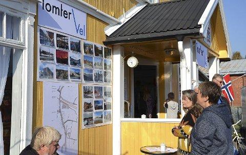 BILDESERIE: Mange tok en titt på bildeserien Tomter vel hadde hengt opp ved inngangen til Tomter Kafè og Bar.