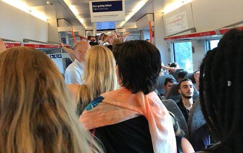 REALITETEN: Slik ser det ofte ut på togene på Østre linje i den verste rushen. ARKIVFOTO