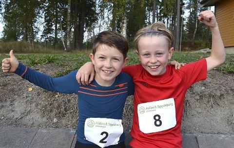– DETTE VAR MORO: – Det er første gang vi er med på Glavamila, men det var veldig moro. Nå skal vi begynne med friidrett, sier 10-åringene Anton Rooas (t.v.) og Brage Lorentsen, mens de markerer tydelig hvor gøy de syntes det var å løpe.
