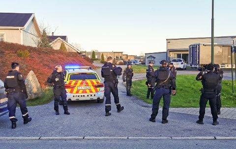 PÅ PLASS: Store politistyrker er på plass på Løvestad i Spydeberg.
