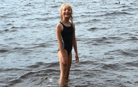ELSKER Å BADE: – Jeg elsker å bade. Jeg har faktisk badet hver dag denne uka. Vanligvis er det deilig å være ut i, understreker Amanda Sandvik Jensen smilende på Tangen fredag forrige uke.