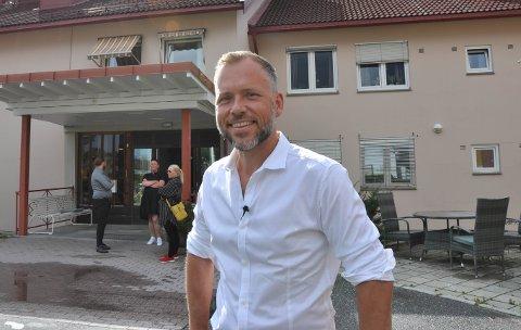 VIL ØKE BEMANNINGEN: Partileder for SV Audun Lysbakken lovte under onsdagens besøk på Løkentunet å bevilge mer til kommunene slik at de får sikret god bemanning i helsesektoren.