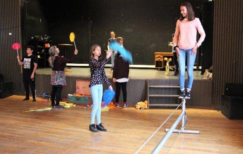 GØY MED LINE: Selma (12) og Siri Øidvin (12) syns balansering på line var det mest spennende på sirkusskolen.