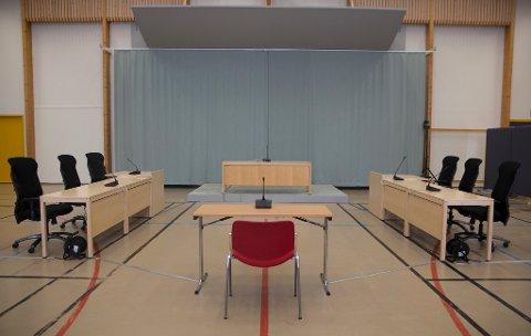 Gymsalen blir til rettssal når Skien fengsel huser rettssaken om Anders Behring Breiviks soningsforhold denne uken. Mediene fikk fredag et første overblikk over den provisoriske rettssalen i fengselet da de ble sluppet inn for å forhåndsrigge TV-kameraer og annet teknisk utstyr. Den terrordømte 37-åringen har stevnet staten fordi han mener soningsforholdene han er underlagt bryter med menneskerettighetene. Dette gjelder særlig Kriminalomsorgens bruk av isolasjon og kommunikasjonskontroll overfor ham. Det er satt av fire dager til rettssaken, som starter tirsdag. Foto: Ole Berg-rusten