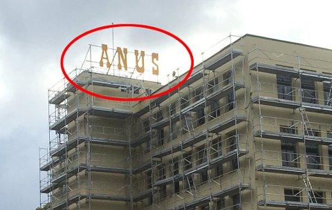 Christian Karlsen sperret opp øynene da han kjørte forbi Janusfabrikken søndag ettermiddag og så opp på Janus-skiltet. Foto: Christian Karlsen