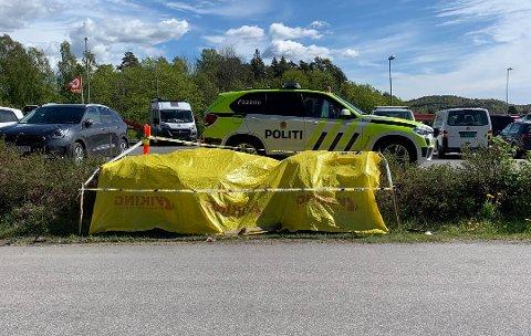 VAKT: Denne politipatruljen holdt vakt ved funnstedet, mandag formiddag og ettermiddag, fram til Kripos kom fra Oslo. Foto: Carolyn Selliken