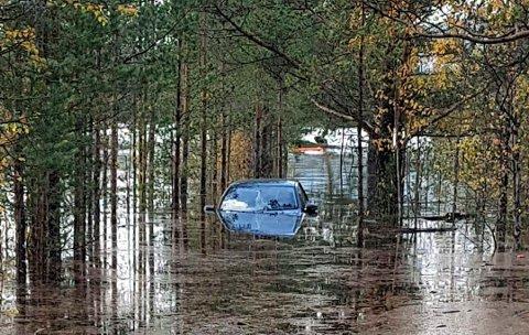 HOLMVANN : Bilen til hytteparets datter ble totalvrak etter at elva gikk over sine bredder. Nå ber de kommunen se på brua i området. En bru de nå mener fungerer som en demning (alle foto privat)