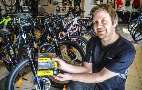 Høysesong: Det er snart høysesong for sykkeltyverier – også i Notodden. Henning Halvorsen på Syklisten as anbefaler blant annet kraftige bøylelåser.