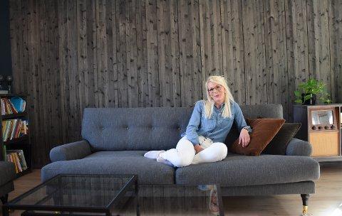 EGEN STIL: Ine Ulvøy (31) har sammen med samboeren sin gjort mesteparten av husbyggingen selv. Etter en åtte år lang prosess er de endelig i hus i Jondalen.