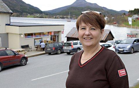 SELGER: May Iren Dønheim Hovde tok over Bøfjorden Samvirkelag 1. september 2014, og vil nå selge lokalene hun eier på Liabøen i Halsa.