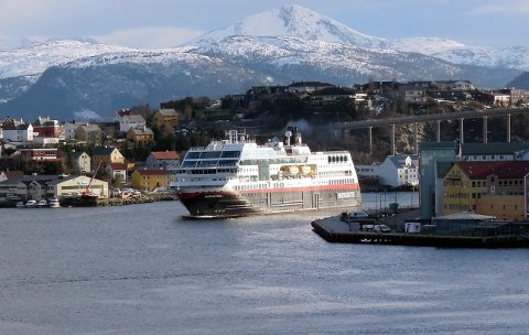 Hurtigruta «Midnatsol» på vei inn havna i Kristiansund.