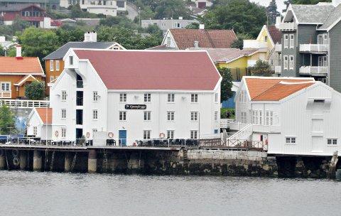 Fredag blir det liv i Kjønnøybrygga på Innlandet. Til høyre ser vi Tollboden.
