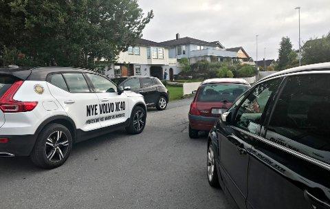 Biler som skulle fram til hus i boligfeltet ved Dahle kunstgresspark fikk problemer på grunn av ugunstig parkering i området.