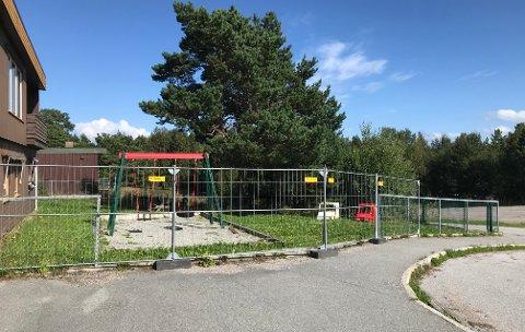 Provisoriske festivalgjerder er satt opp der en bil kjørte ned gjerdet ved Rensvik barnehage i juli.