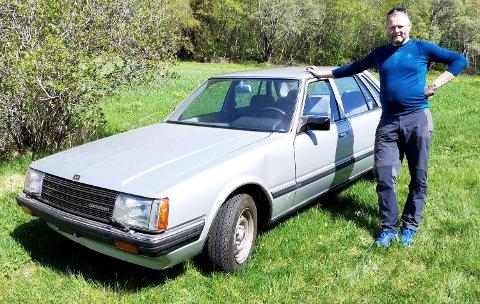 Terje Håkonsen gjorde et scoop da han sikret seg bilen som hadde stått på en låve på Averøy i mer enn 30 år. Her i eplehagen den dagen han hentet bilen.